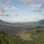 Laava jäähtynee nopeasti järvessä (Batur)